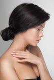 Primo piano del ritratto di giovane donna di modello attraente sensuale che guarda giù Fotografie Stock
