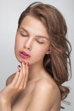 Primo piano del ritratto di modo di bellezza di giovane donna di modello sensuale attraente Immagine Stock
