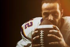 Primo piano del ritratto, giocatore di football americano, barbuto in casco Football americano di concetto, patriottismo, primo p fotografia stock