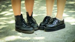 Primo piano del ` s dei bambini che indossa le scarpe nere dure scarpe della scuola di usura dei bambini s di modo Fotografia Stock