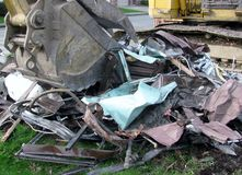Primo piano del secchio dell'escavatore al cantiere di demolizione della casa Immagini Stock