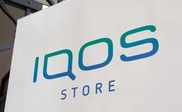 Primo piano del segno del deposito di IQOS fotografia stock libera da diritti