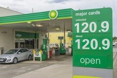 Primo piano del segno di prezzi della benzina Fotografie Stock