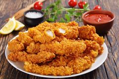 Primo piano del seno di pollo fritto croccante immagine stock libera da diritti