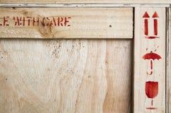 primo piano del simbolo fragile sul woodboard Immagini Stock