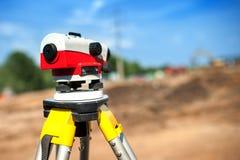 Primo piano del sistema di misurazione del teodolite o dell'ingegneria d'esame fotografia stock libera da diritti