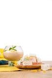 Primo piano del sorbetto della banana in vetro del dessert isolato su un fondo bianco Cocktail accanto a lukum Copi lo spazio Fotografie Stock