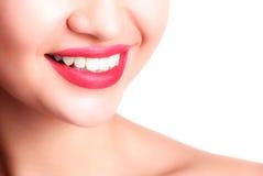 Primo piano del sorriso con i denti sani bianchi Fotografia Stock Libera da Diritti