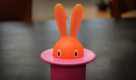 Primo piano del supporto di stuzzicadenti del coniglietto su una tavola fotografie stock libere da diritti