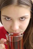 Primo piano del tè bevente della bella ragazza Immagine Stock