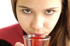 Primo piano del tè bevente della bella ragazza Fotografie Stock