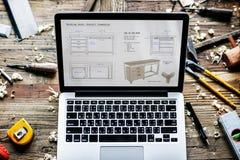Primo piano del taccuino del computer che mostra pla di legno di schizzo della mobilia Fotografie Stock Libere da Diritti