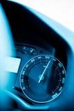 Primo piano del tachimetro con velocità excesive Immagini Stock Libere da Diritti