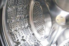 Primo piano del tamburo vuoto della macchina di washine, porta aperta fotografie stock libere da diritti