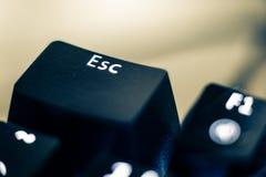 Primo piano del tasto escape sulla tastiera retroilluminata fotografia stock