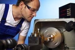 Primo piano del tecnico che lavora alla macchina del tornio Fotografia Stock Libera da Diritti