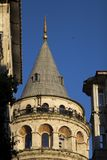 Primo piano del terrazzo della torre di Galata, Costantinopoli un giorno soleggiato fotografie stock libere da diritti