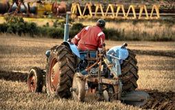 Primo piano del trattore e di aratura Fotografia Stock Libera da Diritti