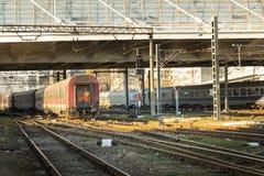 Primo piano del treno che prendpartee ad una stazione di ferrovia in Romania Immagine Stock