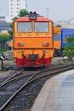 Primo piano del treno giallo rosso del motore diesel Immagini Stock Libere da Diritti