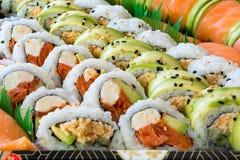 Primo piano del vassoio del rotolo di sushi Fotografie Stock Libere da Diritti