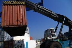 Primo piano del veicolo di trasporto del contenitore al porto Immagine Stock