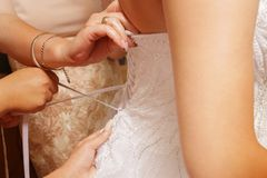 Primo piano del vestito da sposa La sposa sta preparando per le nozze fotografia stock