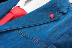 Primo piano del vestito del denim e del legame rosso Fotografia Stock Libera da Diritti