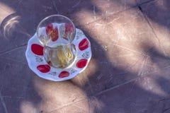 Primo piano del vetro turco tradizionale del tè sulla tavola immagine stock