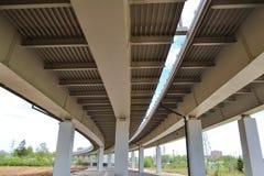 Primo piano del viadotto della strada della costruzione del ferro Fotografie Stock Libere da Diritti