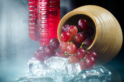 Primo piano del vino rosso di vetro dell'uva su fondo nero Fotografie Stock Libere da Diritti