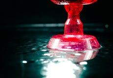 Primo piano del vino rosso di vetro un fondo nero Fotografia Stock Libera da Diritti