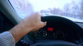 Primo piano del volante con le mani su durante la guida di veicoli Azionamento della strada di inverno stock footage