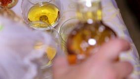 Primo piano del whiskey di versamento dell'uomo in un vetro archivi video