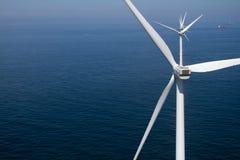 Primo piano del windturbine offshore Fotografie Stock Libere da Diritti
