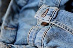 Primo piano dell'abbigliamento del denim fotografia stock