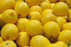 Primo piano dell'accumulazione di interi limoni immagini stock