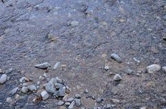 Primo piano dell'acqua con le pietre Immagini Stock