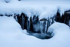 Primo piano dell'acqua congelato corrente di Snowy Fotografia Stock Libera da Diritti