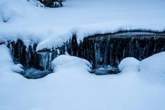 Primo piano dell'acqua congelato corrente di Snowy Immagini Stock Libere da Diritti