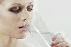 Primo piano dell'acqua potabile della donna Fotografie Stock
