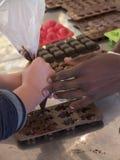 Primo piano dell'adulto della mano di colore che sostiene una mano del ` s del bambino alla m. Fotografia Stock Libera da Diritti