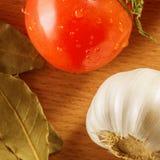 Primo piano dell'aglio del pomodoro e della foglia di alloro Fotografia Stock Libera da Diritti