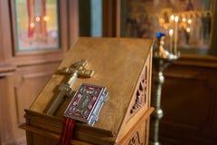 Primo piano dell'altare Interno della chiesa ortodossa in Pasqua Battesimo del bambino Cerimonia a in cristiano bagno nel Immagine Stock Libera da Diritti