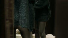 Primo piano dell'anca della ragazza nello spogliatoio La vista da dietro le tende solleva Vestendosi e spogliarsi nello specchio video d archivio