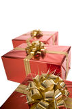 Primo piano dell'arco dorato su regalo di Natale rosso Fotografia Stock