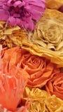 Primo piano dell'artigianato del fiore artificiale fatto dalle carte variopinte per la carta ed il fondo Fotografia Stock