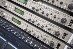Primo piano dell'attrezzatura di audio registrazione nella sala di controllo Fotografie Stock Libere da Diritti