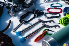 Primo piano dell'attrezzatura rampicante di inverno su neve fresca un giorno soleggiato Carabine con un gazebo della corda e zhum Immagine Stock Libera da Diritti