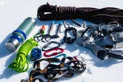 Primo piano dell'attrezzatura rampicante di inverno su neve fresca un giorno soleggiato Carabine con un gazebo della corda e zhum Fotografie Stock Libere da Diritti